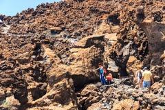 Niezidentyfikowani turyści chodzą na wierzchołku El Teide wulkan, Tenerife Zdjęcia Stock