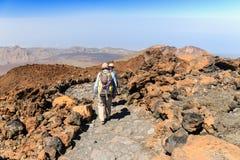 Niezidentyfikowani turyści chodzą na wierzchołku El Teide wulkan, Tenerife Obrazy Royalty Free