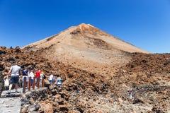 Niezidentyfikowani turyści chodzą na wierzchołku El Teide wulkan, Tenerife, Hiszpania Zdjęcie Royalty Free