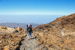 Niezidentyfikowani turyści chodzą na wierzchołku El Teide wulkan, Tenerife, Hiszpania Zdjęcia Stock