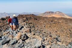 Niezidentyfikowani turyści chodzą na wierzchołku El Teide wulkan, Tenerife, Hiszpania Obrazy Royalty Free