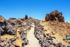 Niezidentyfikowani turyści chodzą na wierzchołku El Teide wulkan, Tenerife, Hiszpania Zdjęcia Royalty Free
