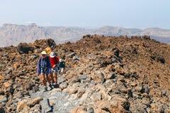 Niezidentyfikowani turyści chodzą na wierzchołku El Teide wulkan, Tenerife, Hiszpania Zdjęcie Stock