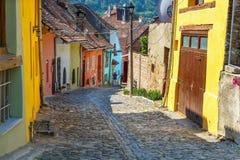 Niezidentyfikowani turyści chodzi w historycznym miasteczku Sighisoara Miasto w którym był urodzony Vlad Tepes, Zdjęcie Royalty Free