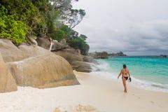 Niezidentyfikowani turyści cieszą się plażę obrazy royalty free