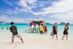 Niezidentyfikowani turyści cieszą się plażę obraz stock