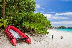 Niezidentyfikowani turyści cieszą się plażę Obrazy Stock