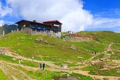 Niezidentyfikowani turyści cieszą się widoki Balea jezioro przy 2.034 m wysokością Obraz Stock