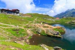 Niezidentyfikowani turyści cieszą się widoki Balea jezioro przy 2.034 m wysokością Zdjęcia Royalty Free