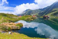 Niezidentyfikowani turyści cieszą się widoki Balea jezioro przy 2.034 m wysokością na Lipu 21 Obraz Stock
