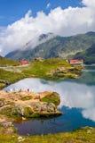Niezidentyfikowani turyści cieszą się widoki Balea jezioro przy 2.034 m wysokością w Fagaras górach Obraz Stock
