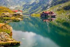 Niezidentyfikowani turyści cieszą się widoki Balea jezioro przy 2.034 m wysokością w Fagaras górach Fotografia Royalty Free