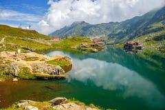 Niezidentyfikowani turyści cieszą się widoki Balea jezioro przy 2.034 m wysokością w Fagaras górach Zdjęcie Royalty Free