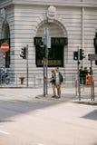 Niezidentyfikowani turyści czeka światła ruchu Zdjęcia Stock
