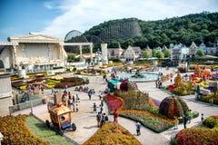 Niezidentyfikowani turyści i architektura jesteśmy w Everland kurorcie, Yongin miasto, Południowy Korea na Wrześniu 26, 2013 Obrazy Stock