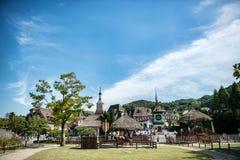 Niezidentyfikowani turyści i architektura jesteśmy w Everland kurorcie, Yongin miasto, Południowy Korea na Wrześniu 26, 2013 Zdjęcie Royalty Free