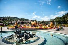 Niezidentyfikowani turyści i architektura jesteśmy w Everland kurorcie, Yongin miasto, Południowy Korea na Wrześniu 26, 2013 Obraz Royalty Free