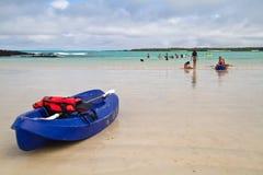 Niezidentyfikowani turyści kayaking w Garraptero plaży Obraz Stock