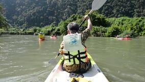 Niezidentyfikowani turyści kayaking wzdłuż Nam Pieśniowej rzeki w Vang Vieng, Laos zbiory wideo