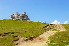 Niezidentyfikowani turyści odwiedzają Bucegi góry w Rumunia na Lipu 09 2015 Obrazy Stock