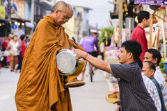 Niezidentyfikowani turyści oferuje kleistych ryż mnich buddyjski i buddysty nowicjusz w ranku Obrazy Royalty Free