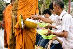 Niezidentyfikowani turyści oferuje kleistych ryż mnich buddyjski i buddysty nowicjusz w ranku Obraz Royalty Free