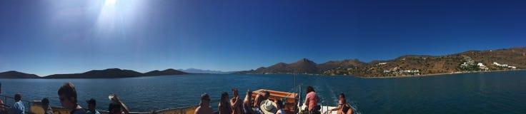 Niezidentyfikowani turyści podczas łódkowatej wycieczki w Aghios Nikolaos Obrazy Royalty Free