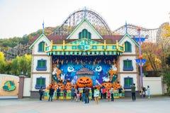 Niezidentyfikowani turyści podróżują zakupy na Październiku 25 i cieszą się, 2014 przy Everland, Yongin, Korea Zdjęcie Royalty Free