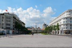 Niezidentyfikowani turyści przed urzędu miasta budynkiem Zdjęcia Royalty Free