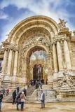 Niezidentyfikowani turyści przy entrace petit palais, Paryż, Francja Fotografia Stock