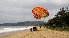 Niezidentyfikowani turyści przygotowywają dla parasailing na Karon plaży, Phuket, Tajlandia Fotografia Stock