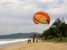 Niezidentyfikowani turyści przygotowywają dla parasailing na Karon plaży, Phuket, Tajlandia Zdjęcie Royalty Free