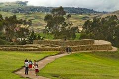 Niezidentyfikowani turyści odwiedza Ingapirca Zdjęcia Stock
