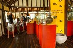 Niezidentyfikowani turyści w Agua Blanca Comune muzeum Obrazy Stock