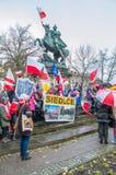 Niezidentyfikowani uczestnicy świętuje Krajowego dzień niepodległości przy Jan III Sobieski zabytkiem w Gdańskim w Polska zdjęcia stock