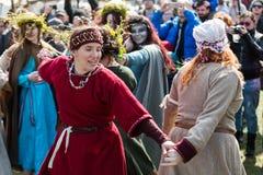Niezidentyfikowani uczestnicy Rekawka - Polska tradycja, świętujący w Krakow na Wtorku po wielkanocy Zdjęcia Stock