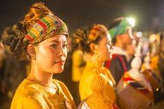 Niezidentyfikowani uczestnicy w świętowaniu 87th urodziny Tajlandia królewiątko Bhumibol Adulyadej Fotografia Royalty Free