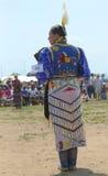 Niezidentyfikowany żeński rodowitego amerykanina tancerz jest ubranym tradycyjną Pow no! no! suknię Obraz Royalty Free