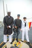 Niezidentyfikowany żeglarz i żołnierz piechoty morskiej na pokładzie USA prowadziliśmy pociska niszczyciela USS McFaul podczas fl Zdjęcia Royalty Free