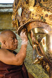 Niezidentyfikowany Birmański michaelita czyści Buddha statuę z złotym papierem przy Mahamuni Buddha świątynią, Sierpień Zdjęcia Royalty Free