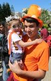 Niezidentyfikowany brat trzyma jej ślicznej małej siostry z okularami przeciwsłonecznymi pozuje przy Pomarańczowym okwitnięcie ka Zdjęcia Stock