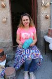 Niezidentyfikowany Ceramiczny artysta kolorystyki garnek przed sklepem Obraz Stock