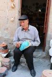 Niezidentyfikowany Ceramiczny artysta kolorystyki garnek przed sklepem Obrazy Stock