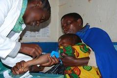 Niezidentyfikowany dziecko poddaje HIV testy w dispensar Zdjęcie Stock