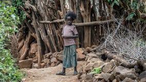 Niezidentyfikowany Etiopski dziewczyny odprowadzenie w jej wiosce obrazy royalty free