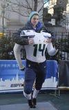 Niezidentyfikowany fan brać seattle seahawks fotografia z Seahawks drużyny mundurem na Broadway podczas super bowl XLVIII tygodnia Zdjęcia Royalty Free
