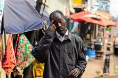 Niezidentyfikowany Ghański mężczyzna w zmroku odziewa narysy jego forehea zdjęcie stock