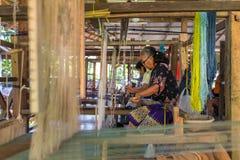 Niezidentyfikowany kobiety tkactwa jedwab w Luang Prabang, Laos obrazy royalty free