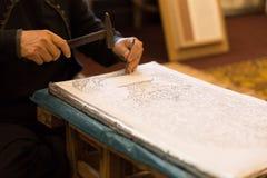 niezidentyfikowany kobiety use młot rzeźbić dekoracyjną sztukę na srebrze Obraz Royalty Free