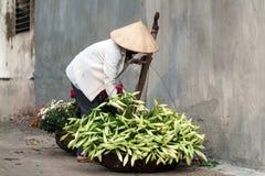 Niezidentyfikowany kwiatu sprzedawca przy kwiatu małym rynkiem Fotografia Stock